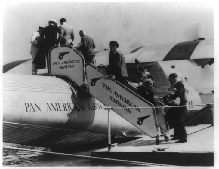 Passengers boarding a Clipper. Library of Congress, LC-USZ62-93421
