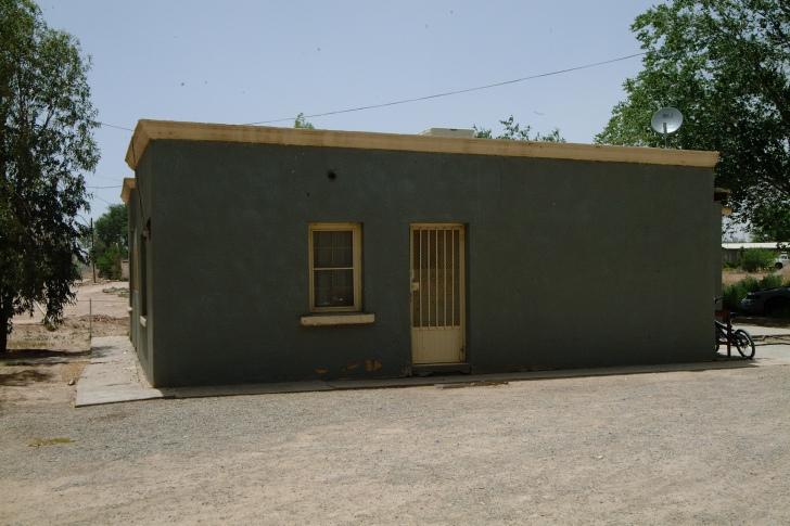 CIUDAD JUAREZ, CHIH. MAYO 22, 2004 / INFORMACION GENERAL / CASA DE LA FAMILIA LEON CHAVEZ, QUE FUERON ASESINADOS Y POSTERIORMENTE CALCINADOS POR SU PROPIO HIJO, VICENTE LEON CHAVEZ, 16 / FOTOS MANUEL SAENZ / EL DIARIO