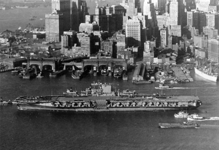 USS_FD_Roosevelt_(CVB-42)_at_New_York_1945