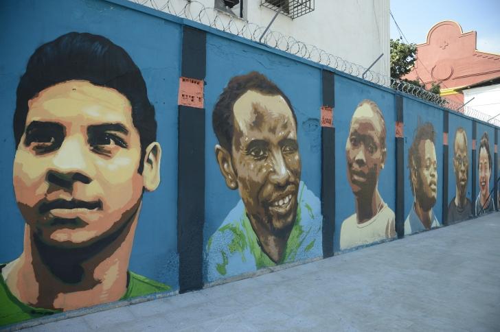 Artistas pintam mural com os rostos de atletas refugiados