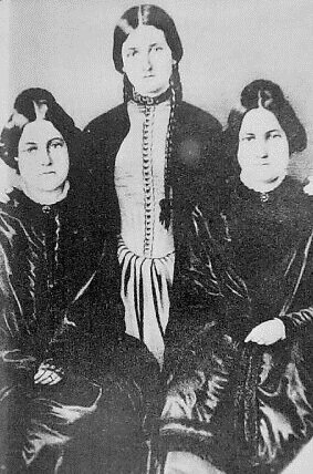The table rappin' Fox sisters. Image via Wikimedia Commons