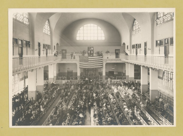 Immigrants seated on long benches in the Main Hall of Ellis Island, c. 1902. NEW YORK PUBLIC LIBRARY/PUBLIC DOMAIN