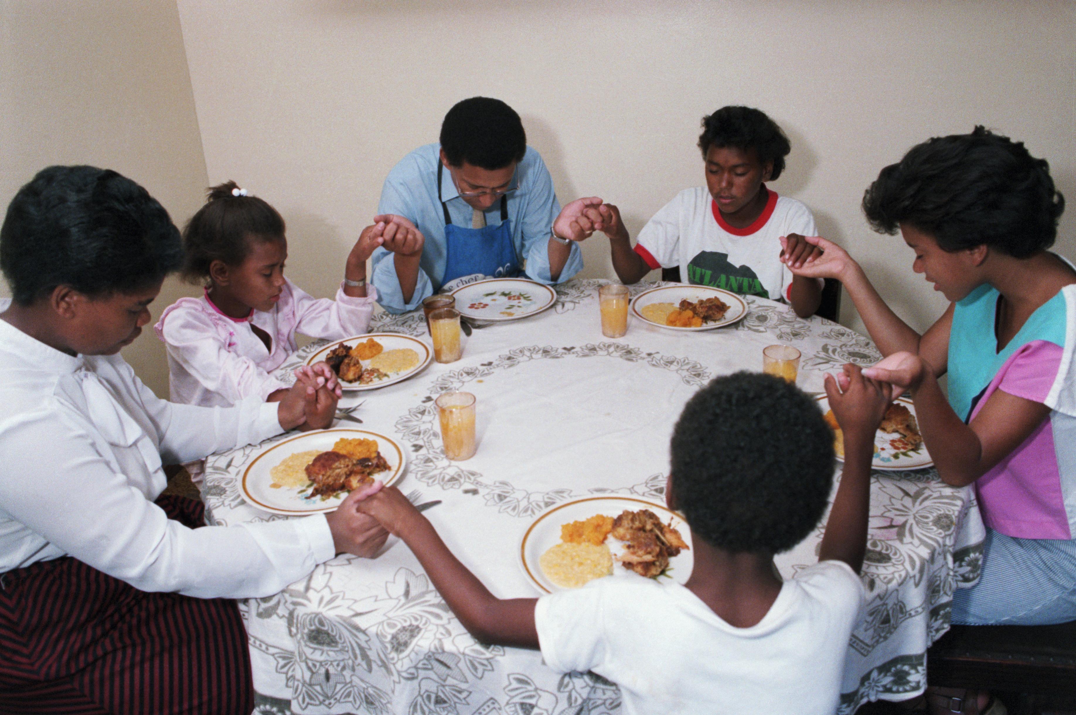 family praying around table - HD3672×2441